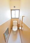 以前は壁も床もタイルのため、お掃除が大変だったトイレ。床はクッションフロアに...