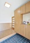 玄関からリビングに入るドア横に専用のペットドアを設置。ガリガリしやすい腰から...