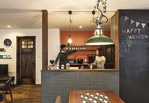 天然木のこげ茶、モザイクタイルの深緑、キッチン背面クロスのオレンジでカフェ風...