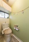 お婆様と一緒に使用するトイレは、引き戸にして壁は淡いグリーンのアクセントクロ...