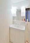 モノで溢れていた洗面室は、洗濯機と向きを揃えることで作業スペースを確保。壁は...
