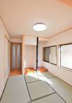 以前は仕事場として利用していた土間スペースは、LDKの床と高さを合わせて和室に...