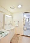 洗面化粧台は、スウィング三面鏡で収納力抜群なTOTOラウンドシリーズ。リフォーム...