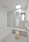 浴室はリビングでくつろぐようにバスタイムが楽しめる、ひろがるWFほっカラリ床シ...