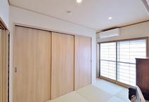 南側の和室はLDKの続きとして使えるよう、モダンな印象の縁なし畳を市松敷きに。...