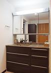 浴室と洗面室の移設に伴い、換気扇ダクト配管経路のため天井が15cm下がり、排水管...