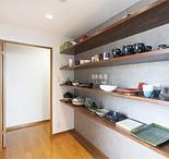 パントリーは各地で買い集めた食器の他、奥様の陶芸作品も並ぶギャラリーのような...