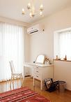 ホワイト×ピンクでコーディネートした寝室は、お手持ちのドレッサーや照明と相性...