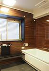 移設したことでマンションでは稀な窓のある自然の光で明るい浴室に。ユニットバス...