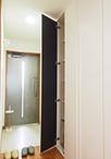 ユニットバスと廊下との間のスペースを有効活用して玄関前には収納を造作。リフォ...