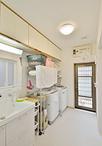 洗面は家族6人のバス&サニタリーグッズがしっかり収まるTOTOサクア。洗濯機が2台...