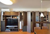 壁面収納は場所によって使い分け。左側はオーディオ関係、中央はリビングダイニン...