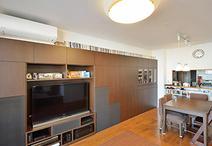 壁一面にはテレビやオーディオ機器、食器や掃除機までも収納できるオリジナル家具...