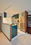 システムキッチンは高級感のある深緑のパネルが印象的なクリナップ(クリンレディ...