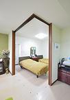 寝室は和室から洋室に変更。リビングとの間にはL字型の開閉扉があり、普段はオー...