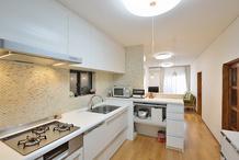 かわいいタイル仕上げのキッチン 壁を撤去し明るく開放的に