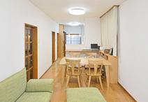 床材は朝日ウッドテック(ライブナチュラル)、壁・天井のクロスも貼替え新築のよ...