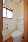 2Fトイレは超節水「4.8L洗浄」で家計にうれしいピュアレストEX。床は他の部屋と雰...