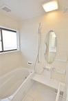 経年劣化でタイルにひびが入っていた在来工法のお風呂は、暖かくお掃除もしやすい...