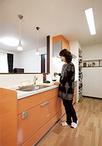 奥様念願の対面キッチンは「家事をしながら家族と会話ができる」とお気に入りの空...