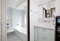間取り変更でゆったりサイズに生まれ変わったお風呂はTOTO(サザナ)。収納が充実...