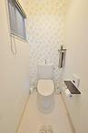 トイレはフチなし形状の便器で汚れがつきにくく、お掃除もしやすいTOTO(ピュアレ...