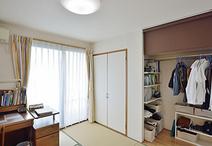 仕切り壁の位置を変え寝室側にあった収納を和室側に。中は可動棚とハンガーパイプ...