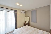 部屋の一部をウォークインクローゼットにしてコンパクトになった寝室。照明は調光...