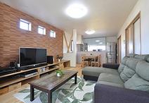 和室2間と縁側がつながり南北に広くなったLDK。床は北欧レッドパインを使用した無...