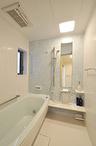 洗面室と合わせてスペースが広がった浴室は、タイル張りからユニットバスに。保温...