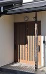耐震面の不安から屋根を瓦よりも軽いガルバニウム鋼板に葺替え。外壁は新しく塗装...