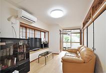 和室6畳と縁側をつなげて日当たりが良くなったリビング。壁をじゅらくから白いク...