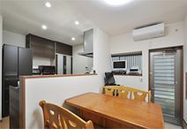 北側の和室一部を取り込み広くなったダイニングキッチン。壁付け型から奥様念願の...