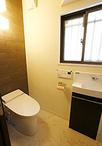 トイレは、間取り変更でゆとりある空間に。壁には消臭・調湿効果のある、エコカラ...