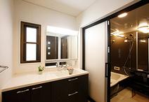 明るくなった洗面室は、十分な収納を設け使い勝手を向上。