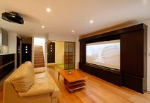 スイッチひとつで照明の調光ができるリビングには、ホームシアターを完備。ご夫婦...