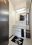 洗濯機をキッチン横に移動して、洗面台のサイズアップが可能に。収納力もアップ!