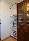 キッチンカウンター下と食器棚のとなりには、大容量のオリジナル収納。内装とイン...