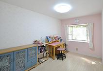 長女のお部屋は女の子らしく淡いパステルカラーが中心。1面のみピンクを使ったク...