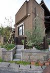 門扉はウリン材で製作し、お庭との統一感を出しました。道路からの視線は遮りなが...