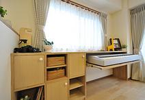 家具をあまり置かなくてすむように、カウンター収納を造作。電子ピアノはスライド...