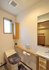 構造上の関係で以前と同じ位置のトイレ。使い勝手が悪かった為、機器の位置を変え...