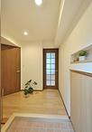 玄関収納を隣接する一段上がった畳コーナーとの高低差を有効利用し、押入の下部に...