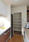 キッチンの続きにパントリーを確保。稼動式の棚で、どんな物でも収納できます。「...