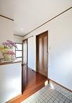 入り口正面にあった収納を横に移しスッキリとした玄関。収納も天井いっぱいまで活...