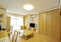 日当たりのよい南側に間取り変更したLDK。2部屋の和室と広縁をつなげてワンルーム...