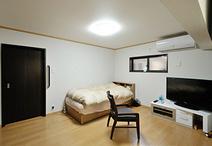 以前は建具だらけで寒かった和室は、必要な建具のみとし断熱材を入れ洋室に。床は...