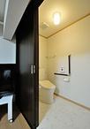 寝室と隣接する専用のトイレと洗面所は、お母様がベッドの上だけに留まらず歩行し...