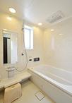 長細く使いづらかった浴室は、間取り変更をして、お子様とも入られるゆったりサイ...