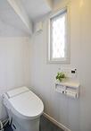 1階と2階にあるトイレにはお子様も使いやすいように、手洗い器を設置しました。
